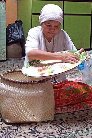 omak ese dok cuci beras pulut
