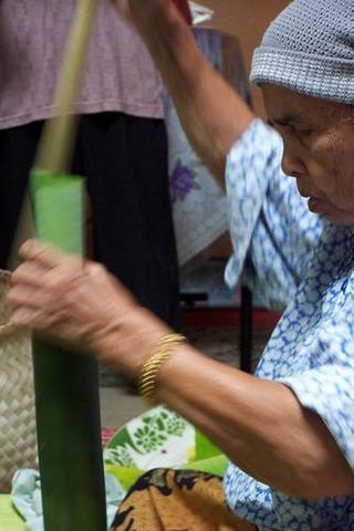 "masukkan ""lining"" daun pisang dalam buluh lemang ... slowly and carefully."